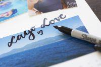 Wer ein Händchen fürs Lettering hat, kann den Kalender mit Buchstabenkunst verzieren.