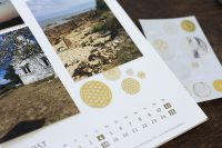 Die kreative Gestaltung macht den Fotokalender erst aus: Nutzen Sie dafür zum Beispiel Sticker und Aufkleber!